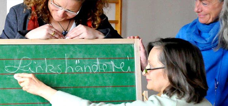 Initiatorinnen der Linkshänderei an einer Schreibtafel: Claudia Winter, Marianne Dräger, Sigrid Kahle