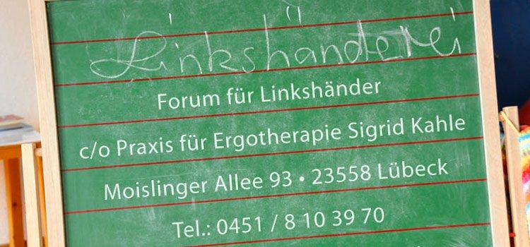 Schreibtafel mit Kontaktdaten der Linkshänderei