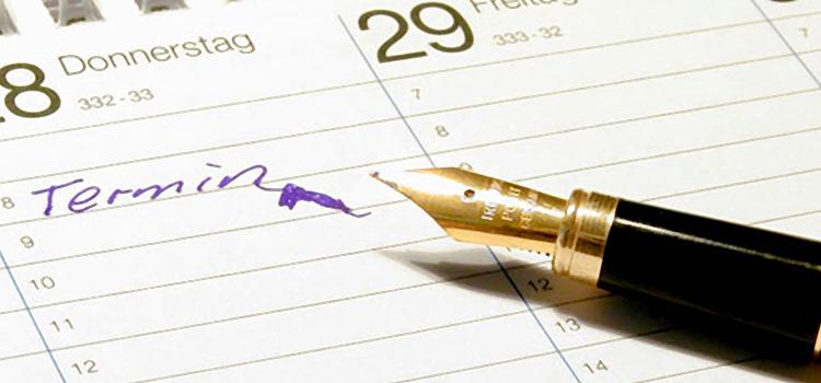 Füller und Terminkalender mit eingetragenem Termin in verwackelter Schrift